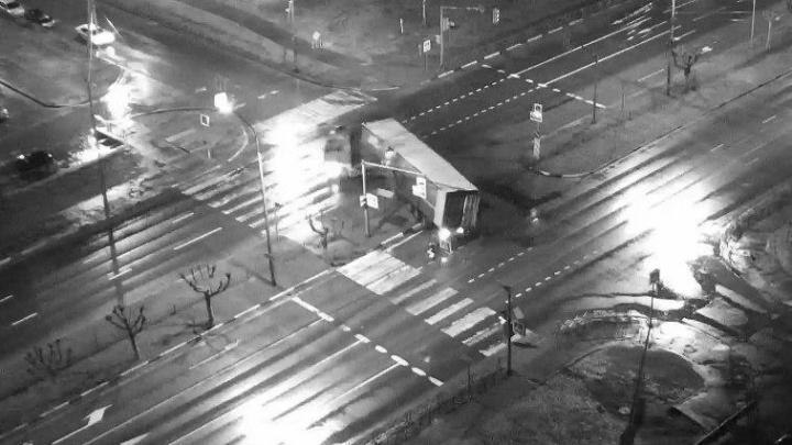 «Странная авария»: появилось видео ДТП с фурой, которая в Ярославле снесла светофор, забор и знаки