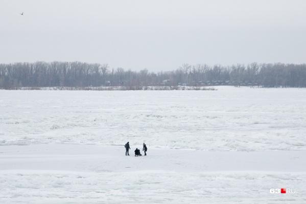 Мальчик отправился один гулять по льду
