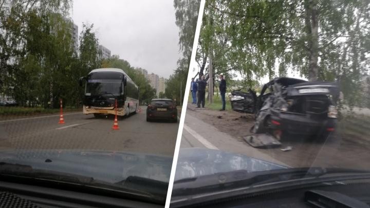 Легковушку смяло как консервную банку: в Антипино столкнулись Priora и автобус