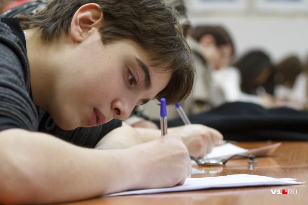 Лишь послабление коронавирусного режима избавит школьников от перчаток и масок