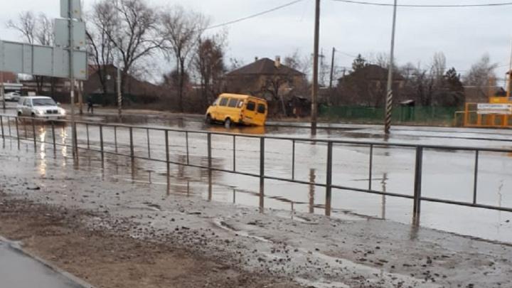 «Даже кроссовер поплыл»: в Волгограде маршрутка утонула в яме на дороге к дому губернатора
