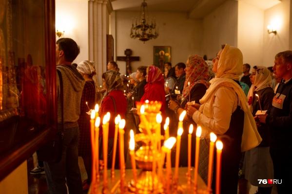 Патриарх попросил молиться дома, но храмы сегодня всё же открыты