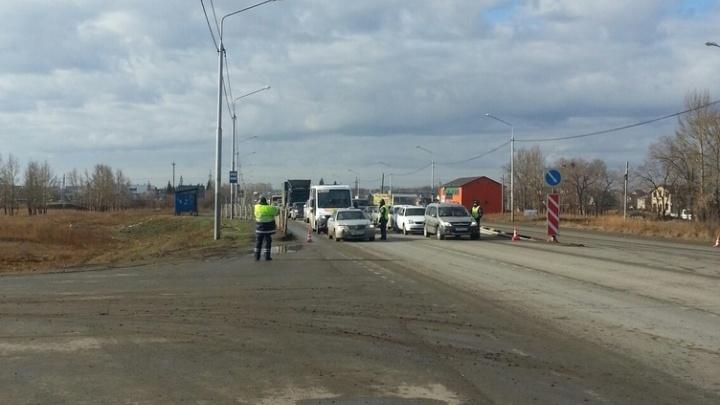 На въезде в Омск из-за проверки справок у водителей образовалась пробка