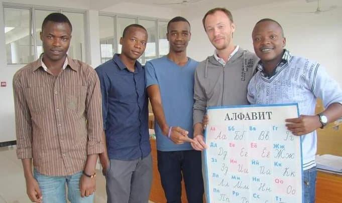 «Тут славянский базар!»: красноярец рассказал о небывалом спросе на изучение русского в Танзании