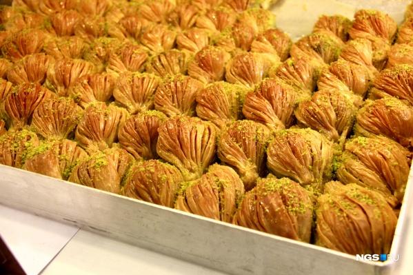 Пахлава делается преимущественно из слоёного теста, орехов и сахара