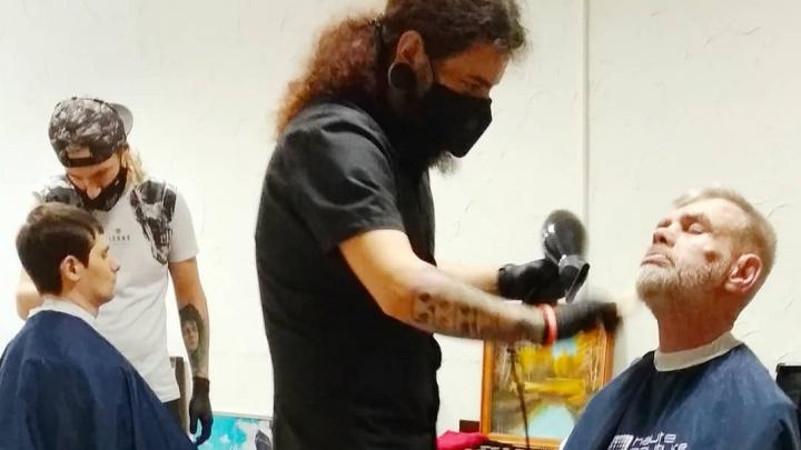 «Они так живее становятся»: два брата-барбера подстригли в социальном приюте постояльцев