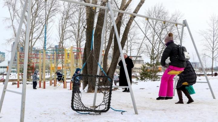Детские площадки и парки закрыли для посещения — их даже огородили сигнальными лентами