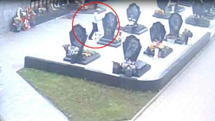 Памятник погибшему игроку «Локомотива» Ивану Ткаченко разгромила женщина. Она попала на видео