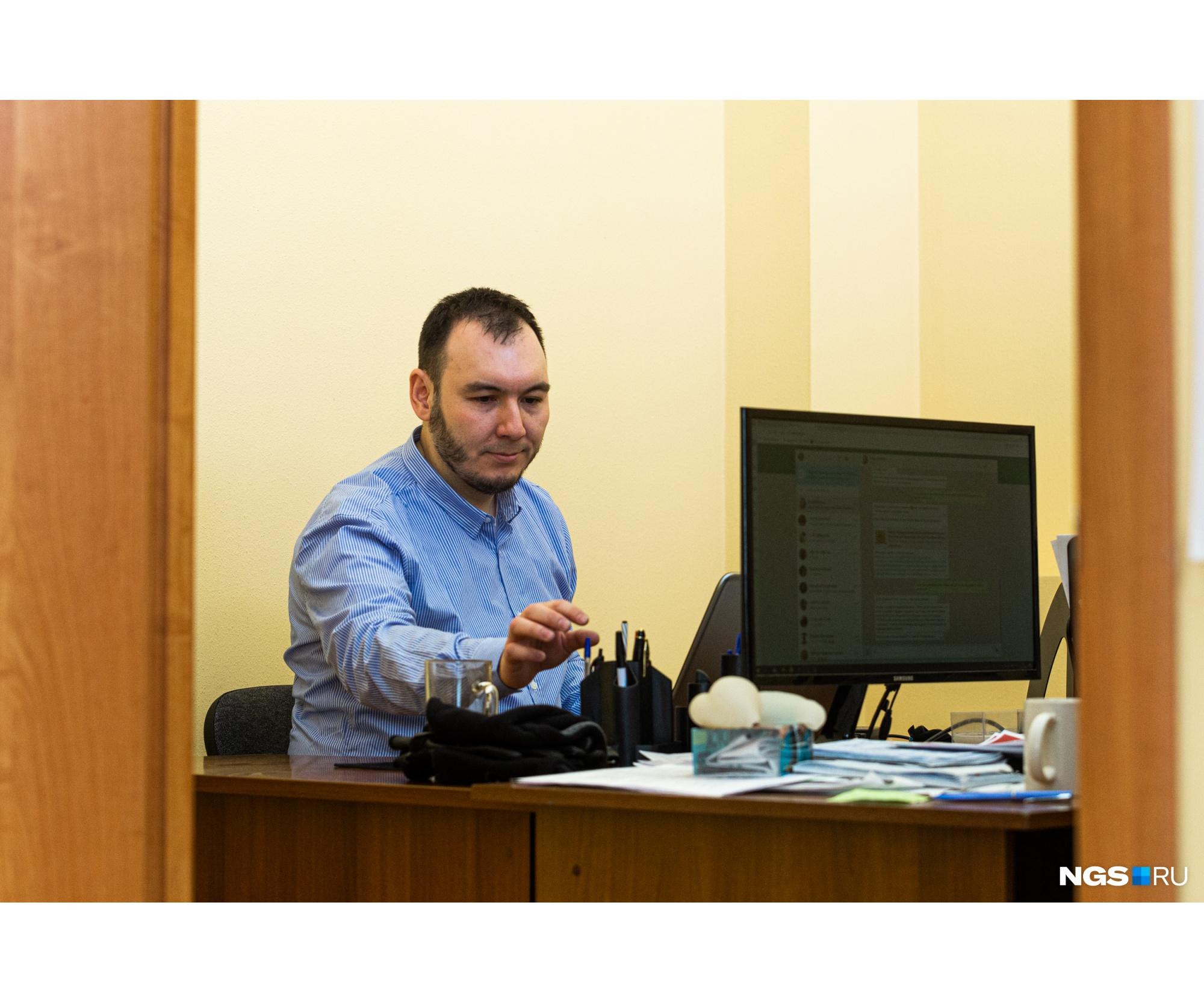 Своего рабочего кабинета в Новосибирске у Булата нет: когда он приезжает сюда, то временно ютится на любом свободном месте