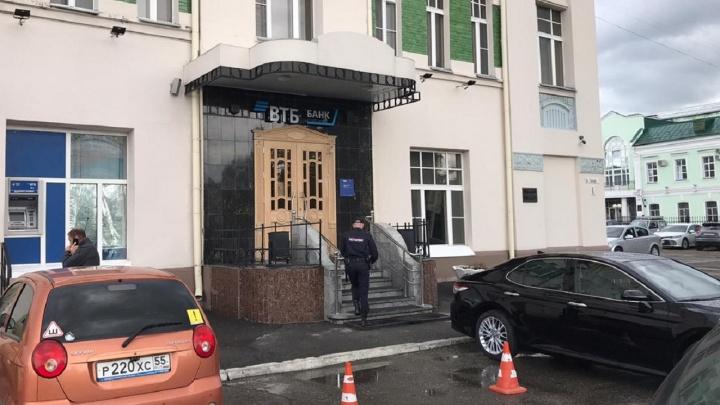 В отделении банка на Тарской задержали мужчину с голубем в руках