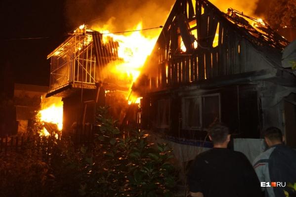 Огонь распространился на соседние дома и надворные постройки