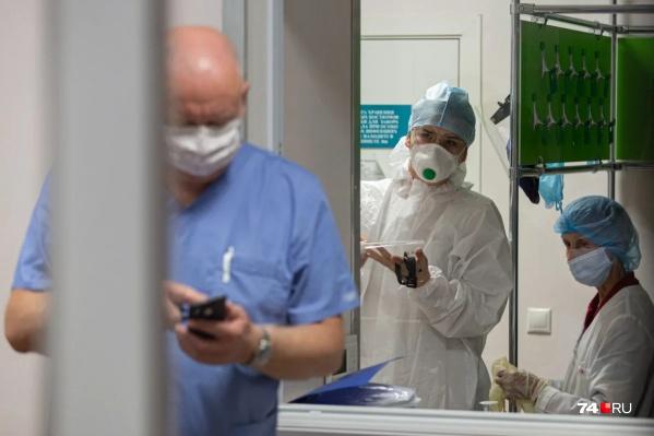 Медики оказывают помощь в больницах