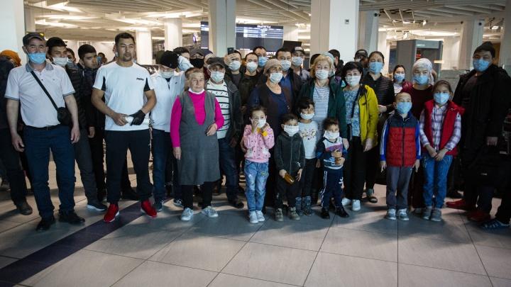 Аэропорт превратился в общежитие: репортаж из Толмачёво, где живут почти 200 граждан Киргизии