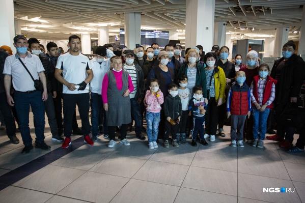 Многие с детьми. Податься им некуда, поэтому круглые сутки находятся в аэропорту. Спят тут же