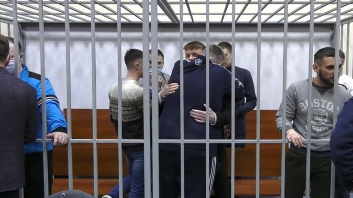 Радовались и обнимались в зале суда: на свободу вышли фсиновцы, избивавшие заключенных в Ярославле