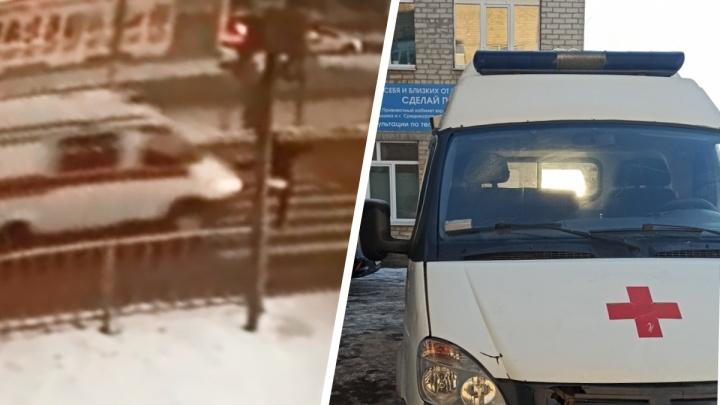 Скорая помощь несется на красный и сбивает пешехода на переходе: момент ДТП на Урале попал на видео