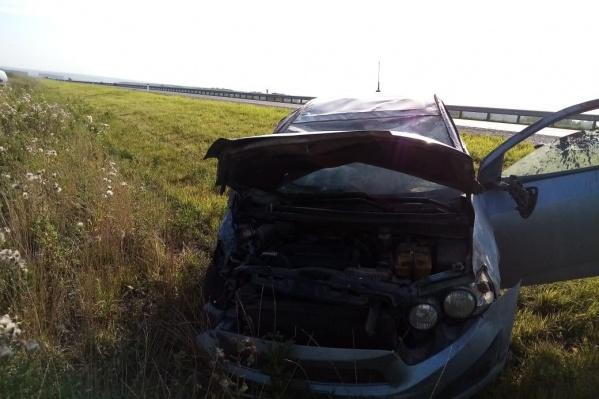 В результате аварии пострадали два парня 22 и 26 лет