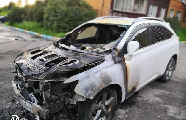 На парковке в Свердловском районе ночью двое подожгли «Лексус»