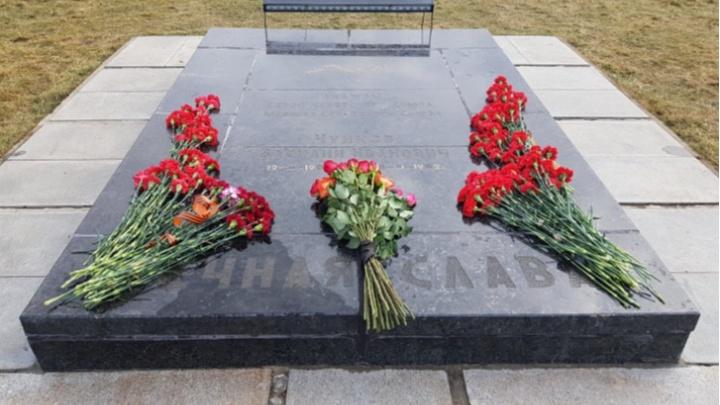 «Всё дело в любителях показухи»: в Волгограде взялись за ремонт надгробия Василия Чуйкова