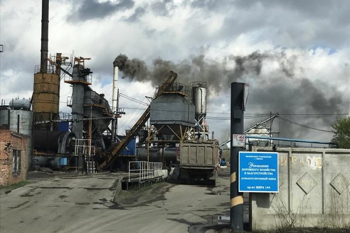 Омичи пожаловались на густые клубы дыма, которые продолжает выпускать завод