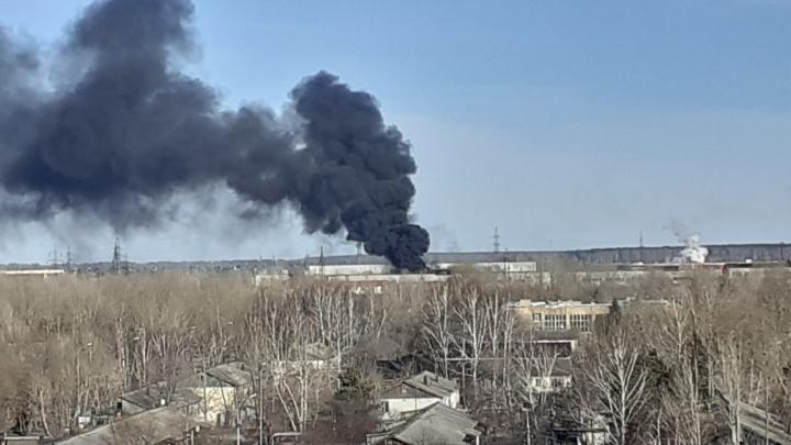 Дым видно из разных уголков города: в промзоне Тюмени произошел серьезный пожар