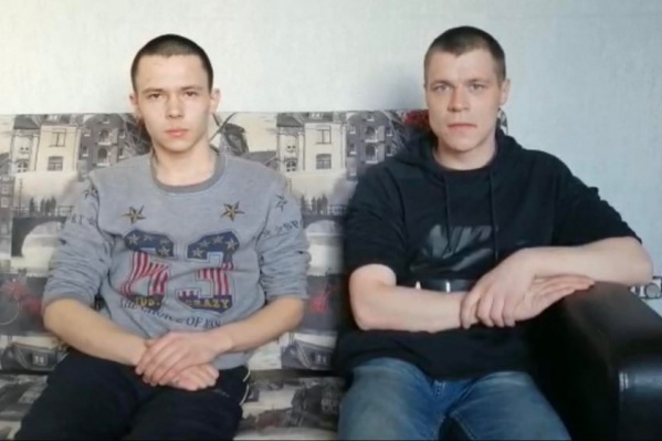 Юру (на фото справа) и Кирилла полицейские заставляли взять на себя вину за ограбление магазина, которого они не совершали