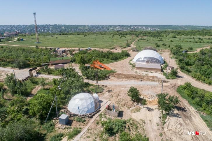 Большой купольный шатер — для торжеств и деловых конференций, маленький — для спортинвентаря и касс