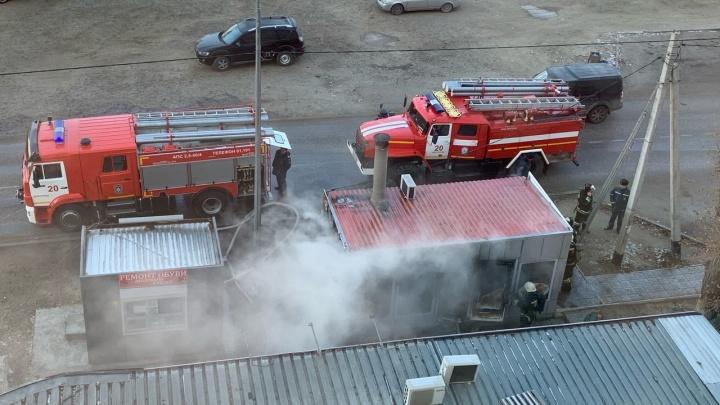 «Стёкла лопались с жутким треском»: в Волгограде утром понедельника огонь уничтожил торговый павильон