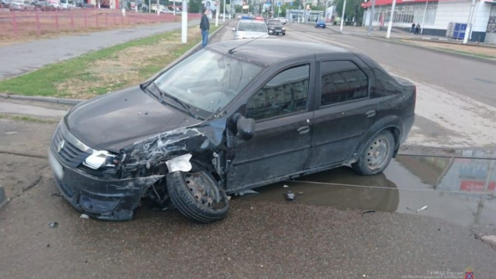 Разбила Lexus и попала в больницу: в центре Волгограда неудачно перестроилась дама на иномарке