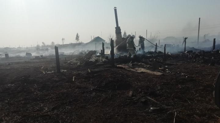 В одной из деревень Омской области пожар охватил 11 зданий, включая магазин