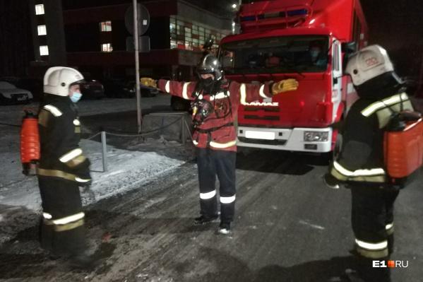 Возгорание тушили 13 пожарных, а при выезде с территории отеля машины дезинфицировали