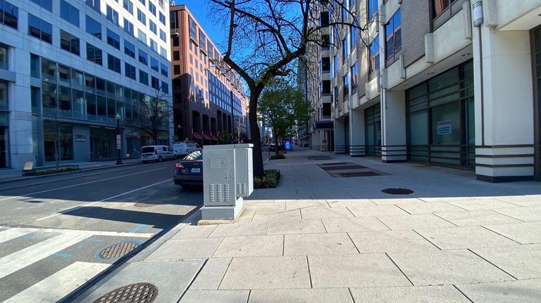 В Нью-Йорке власти скручивают баскетбольные кольца, чтобы люди не прохлаждались на улице. В Вашингтоне нет такого количества спортплощадок, и столь суровые меры не требуются<br>