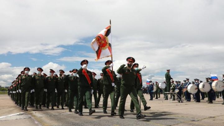Люди в масках: военные отрепетировали в Толмачёво парад Победы — показываем, что вы пропустили