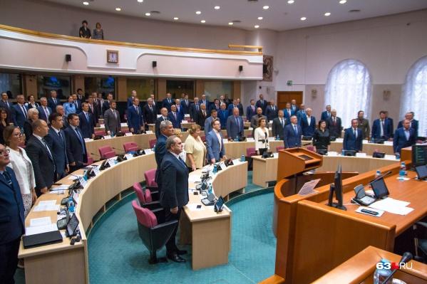 Сейчас изменение основного закона страны обсуждают депутаты всех регионов
