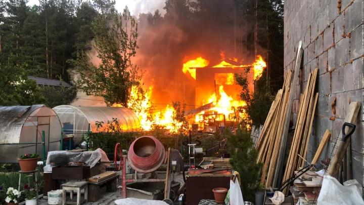 «Кролики сгорели живьём»: в садах на Елизавете разгорелся крупный пожар