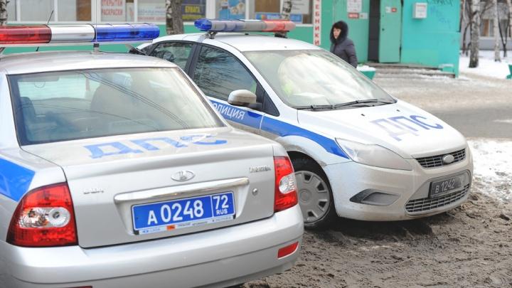С мигалками домчали до крыльца больницы: тюменские полицейские помогли малышу с сильными ожогами