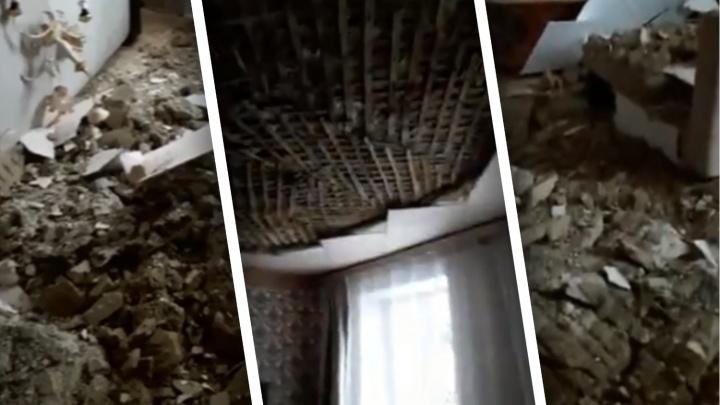 В жилом доме Тюмени обвалился потолок