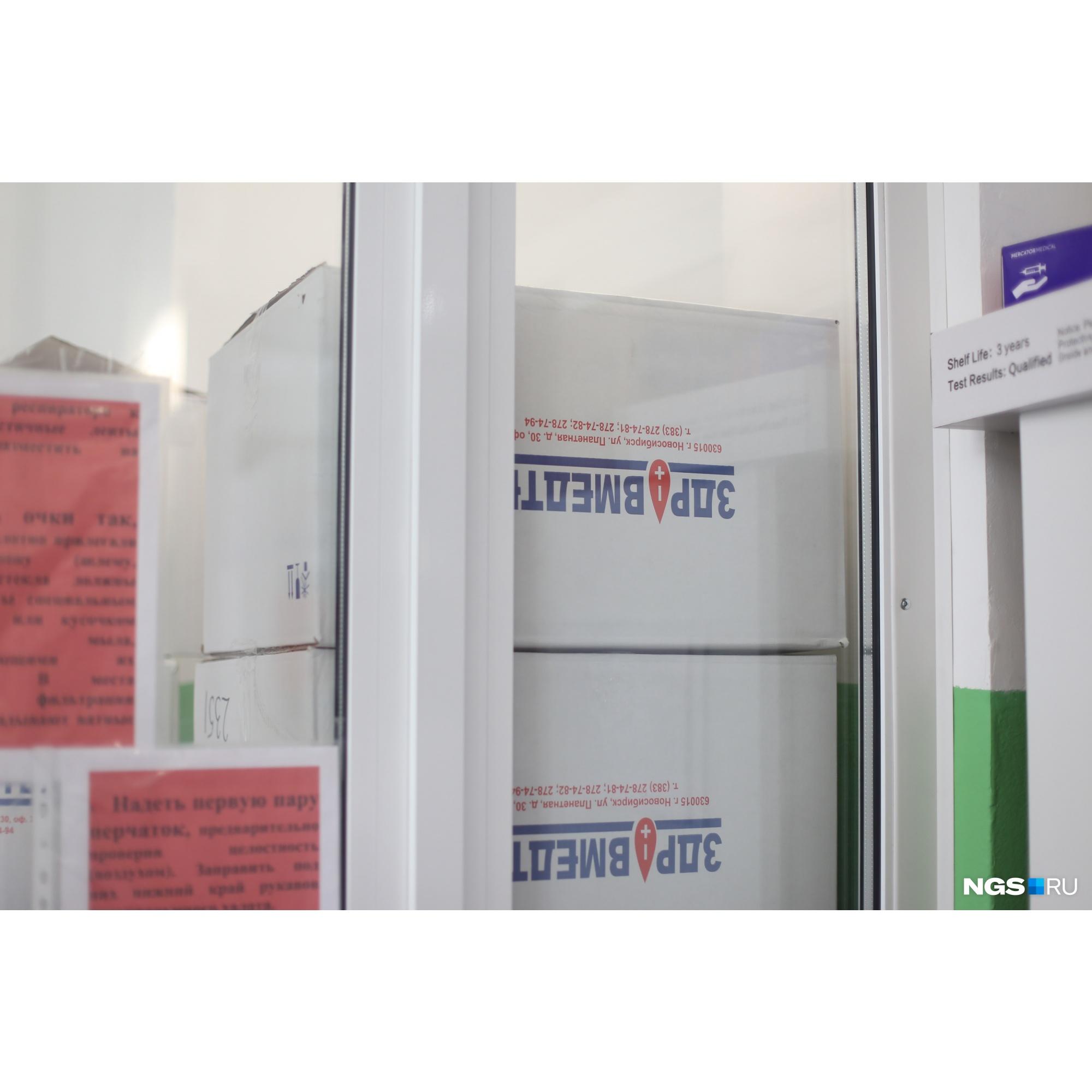 В таких коробках в больнице хранятся СИЗы