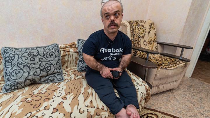 «На все случаи у меня есть стремянка». Как в пермской глубинке живет мужчина с диагнозом «карликовость»