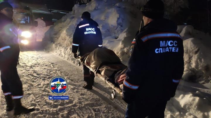 Вынесли на носилках: новосибирские спасатели помогли мужчине, который заблудился ночью