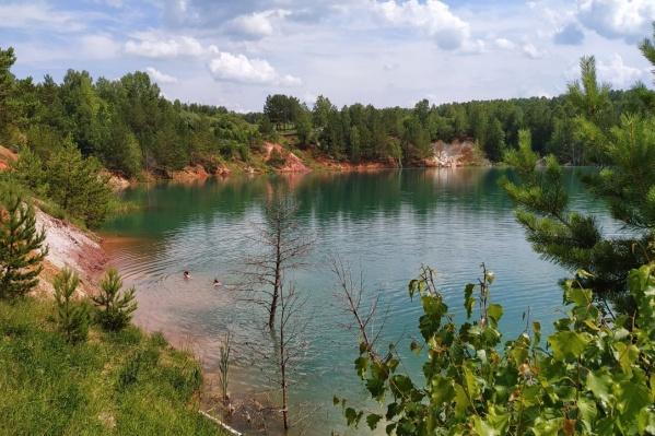 Озеро никогда не меняет цвет воды