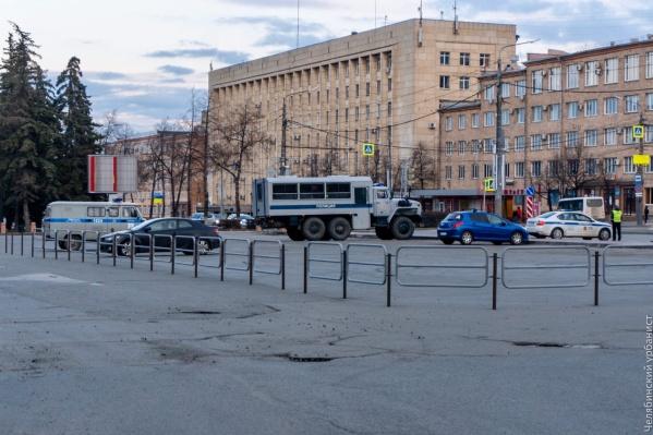 Заборы у ЮУрГУ установили, чтобы по вечерам там не собиралась молодёжь на автомобилях<br>