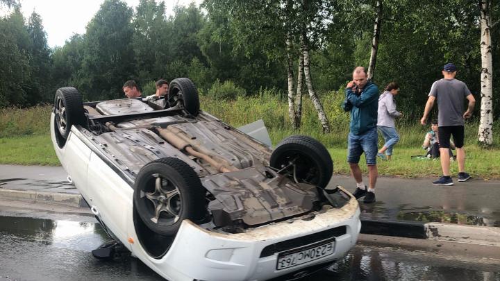«Летела, как торпеда»: в Ярославле на проспекте Фрунзе перевернулась легковушка