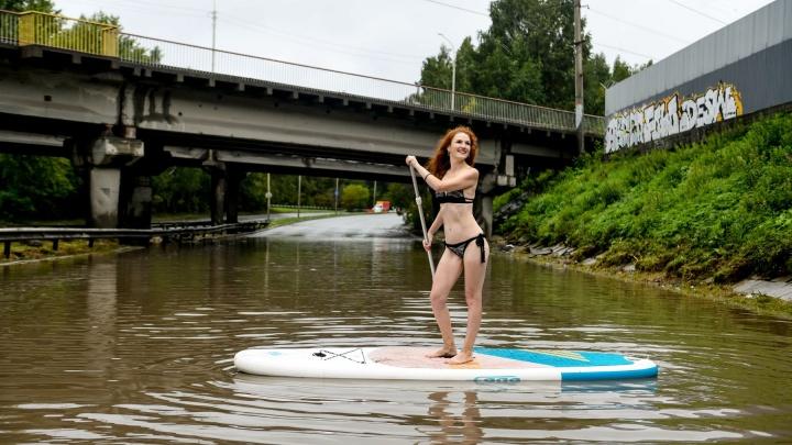 Это не фотошоп: уральские красавицы проплыли на сапсерфах по затопленной Шефской