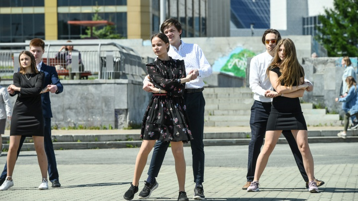 Танцы на набережной: в Екатеринбурге дерзкие выпускники устроили альтернативный последний звонок