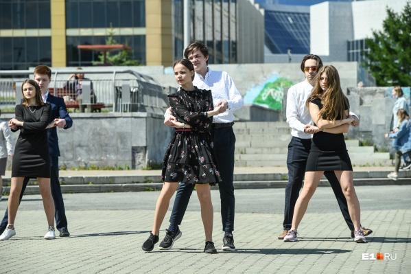 Танцевальный open air ребята устроили, чтобы сделать подарок учителям