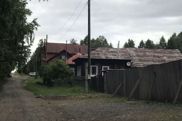 Улица Первомайская граничит с парком, на ней — частные жилые дома