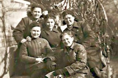 Людмила Богатырева (вверху слева) отправилась на войну совсем еще девчонкой. Здесь она с коллегами-медиками