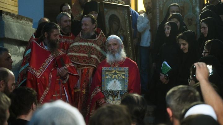 «Армия, за мной». Репортаж с альтернативного крестного хода в монастыре схимонаха Сергия
