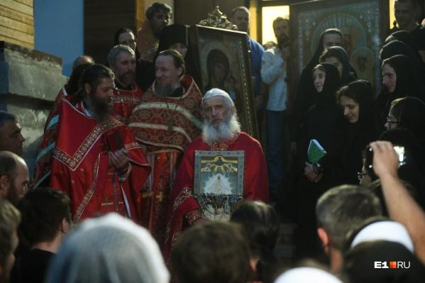 Возглавил альтернативное крестное шествие схимонах Сергий